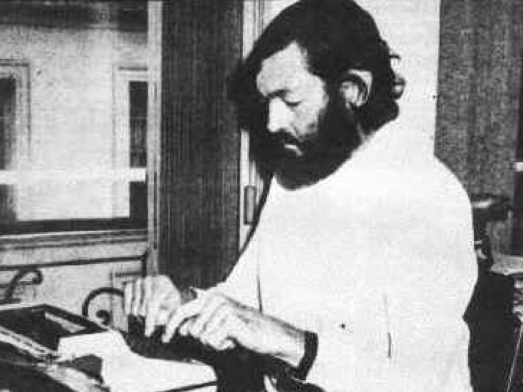 Julio Cortázar escribiéndo a máquina
